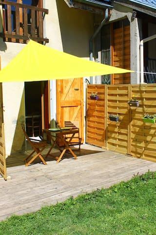 studio rez de jardin face aux montagnes