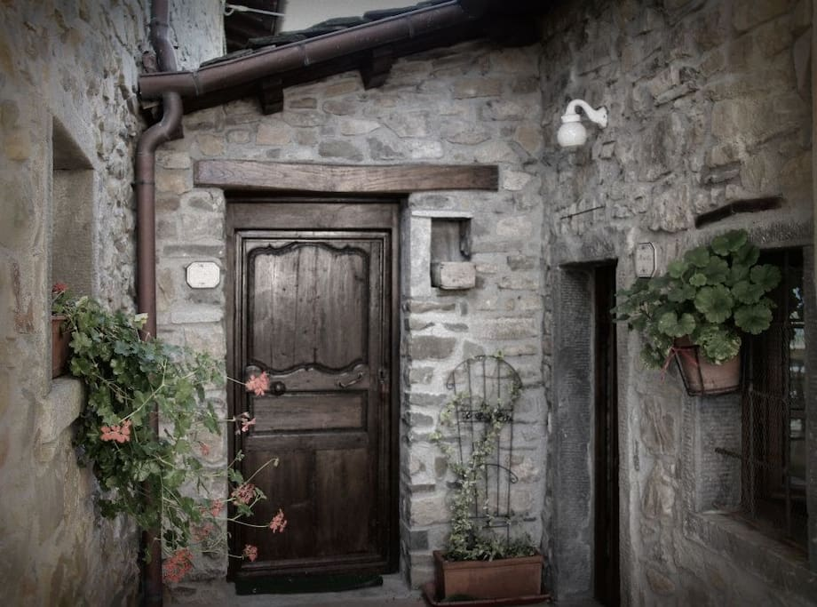 Le camere si trovano in un borgo in galleria del 1600 finemente ristrutturato arredate con mobili antichi.