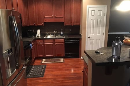 Nice private room/bath in a great location. - Greensboro - Byhus