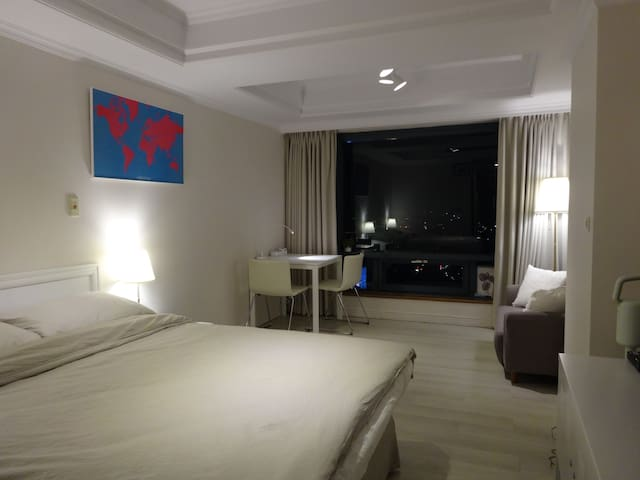 charming suite -交通美食觀光便利,近金典科博館SOGO誠品草悟道與臺灣大道