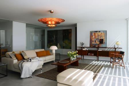 Villa luxe de bord de mer avec piscine spa chauffée et de nombreux services - House