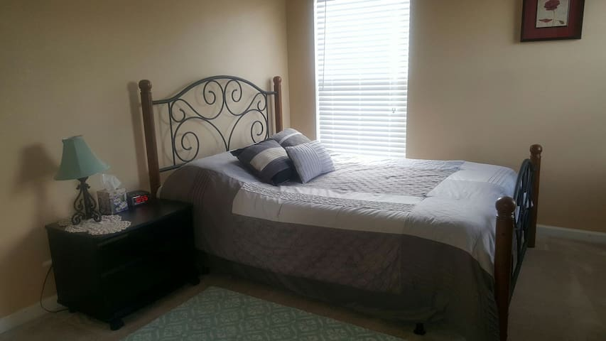 One bedroom w/ TV cable & internet. Room Lavender - Brooksville - House