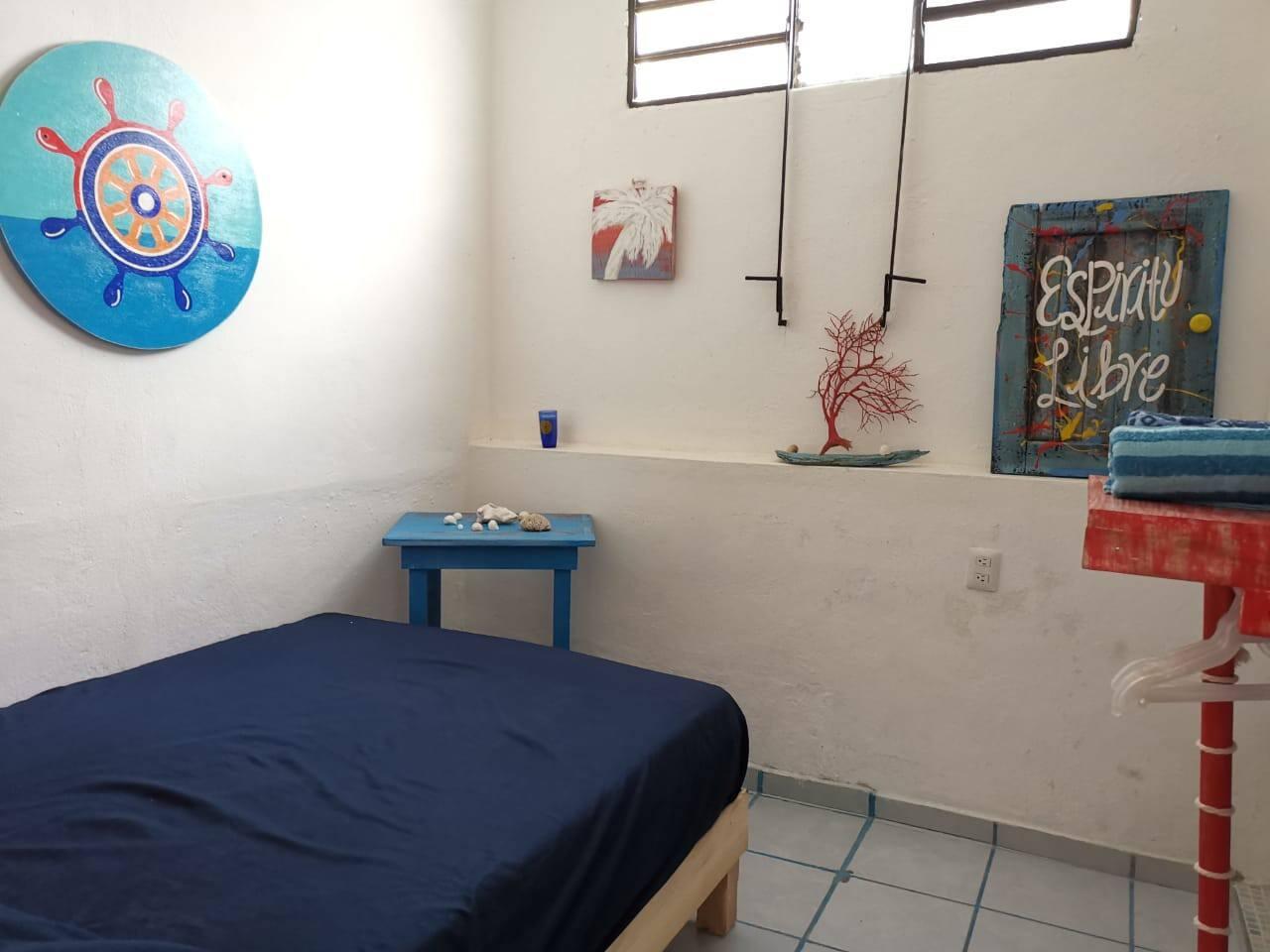 habitacion pequeña con cama matrimonial, para dos personas con baño propio