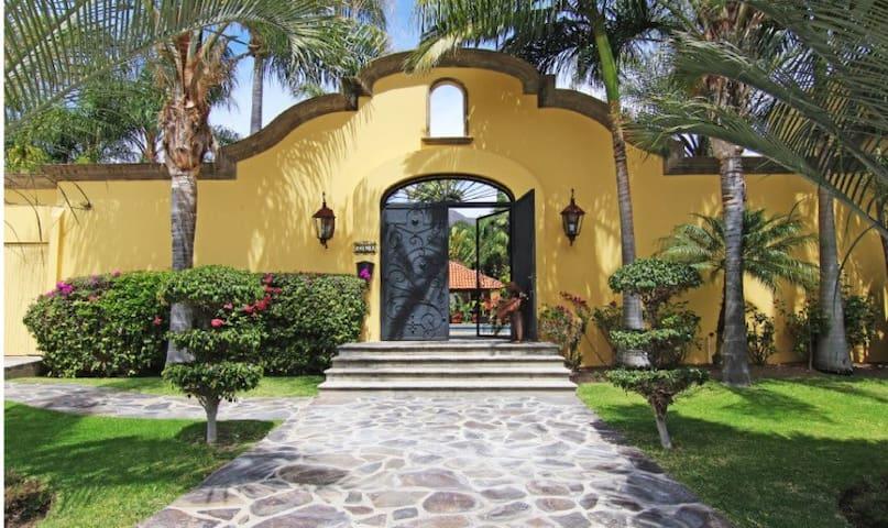 Villa Serena. Family estate w/ resort-like pool