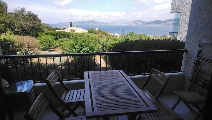 Studio cabine climatisé sur jardin, vue mer.