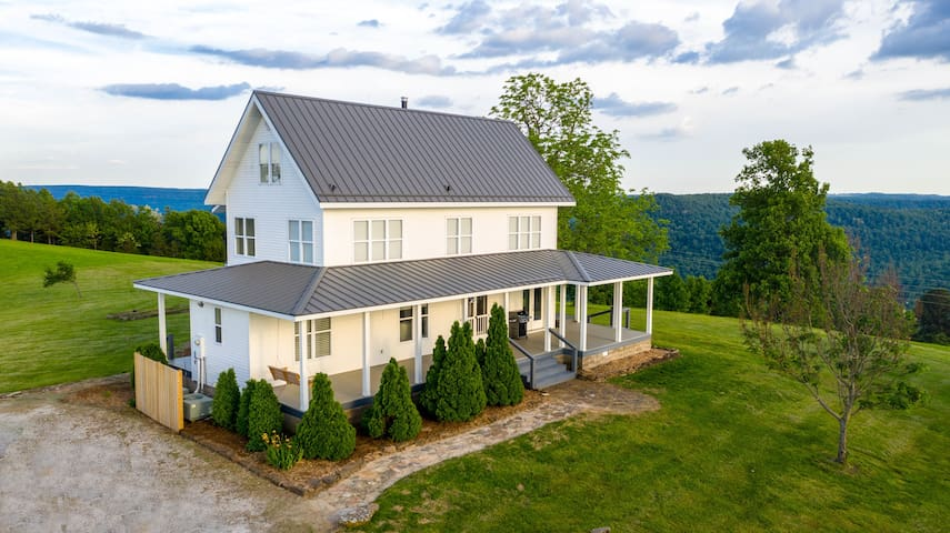 Newly listed! Spacious Modern Farmhouse sleeps 16 w/ optional apartment
