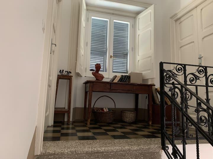 Camera con bagno in antica casa padronale.