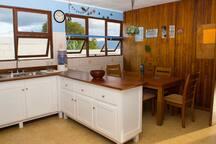 La cocina está equipada con estufa, horno, microondas, hornito eléctrico, Coffee Maker, y utensilios de cocina.