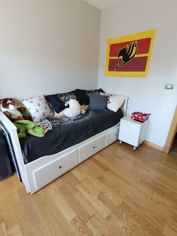 Habitación privada, baño, diván y comodidades.