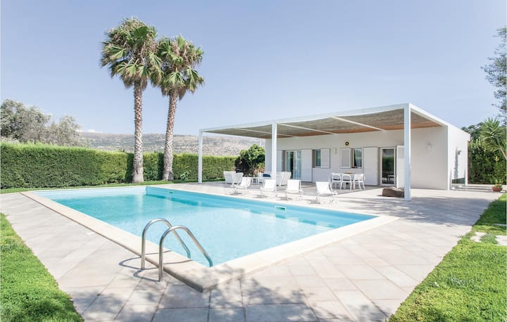 Awesome home in Comiso (RG) with 3 Bedrooms