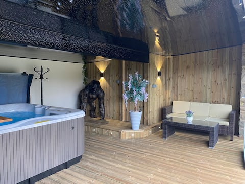Coach House,  5.8 Acres with hot Tub and Lake