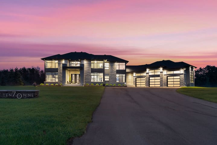 Manotick Estates - Where Country Meets Luxury!