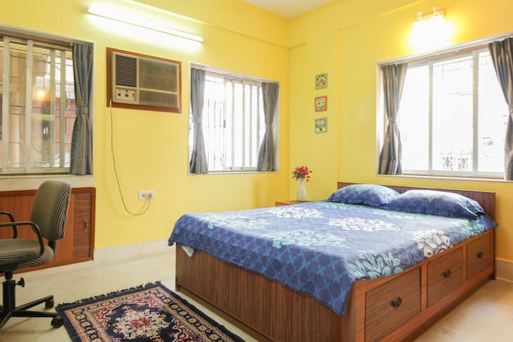 Sunny room, close to airport, Family friendly