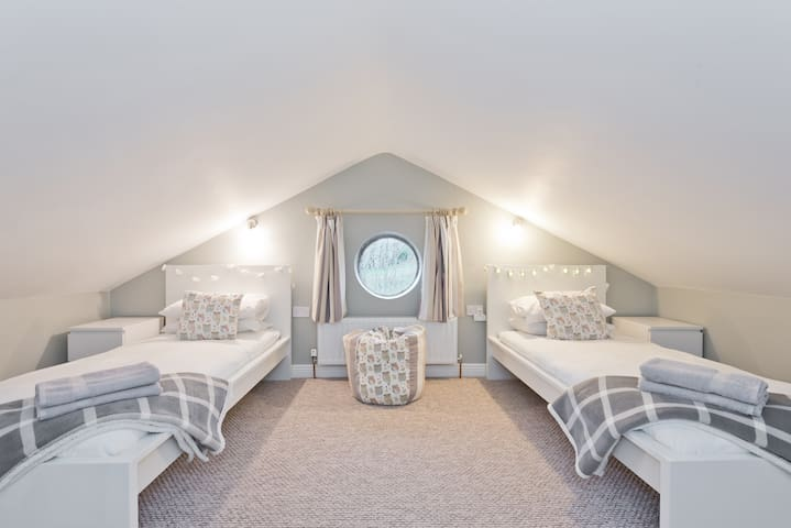 Twin bedroom on the Mezzanine floor