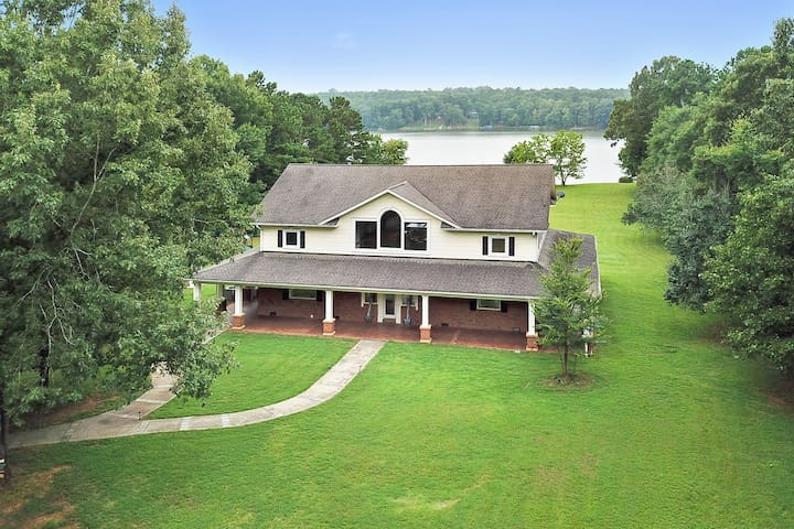 Majestic 5 bedroom / 3.5 bathroom lakefront home