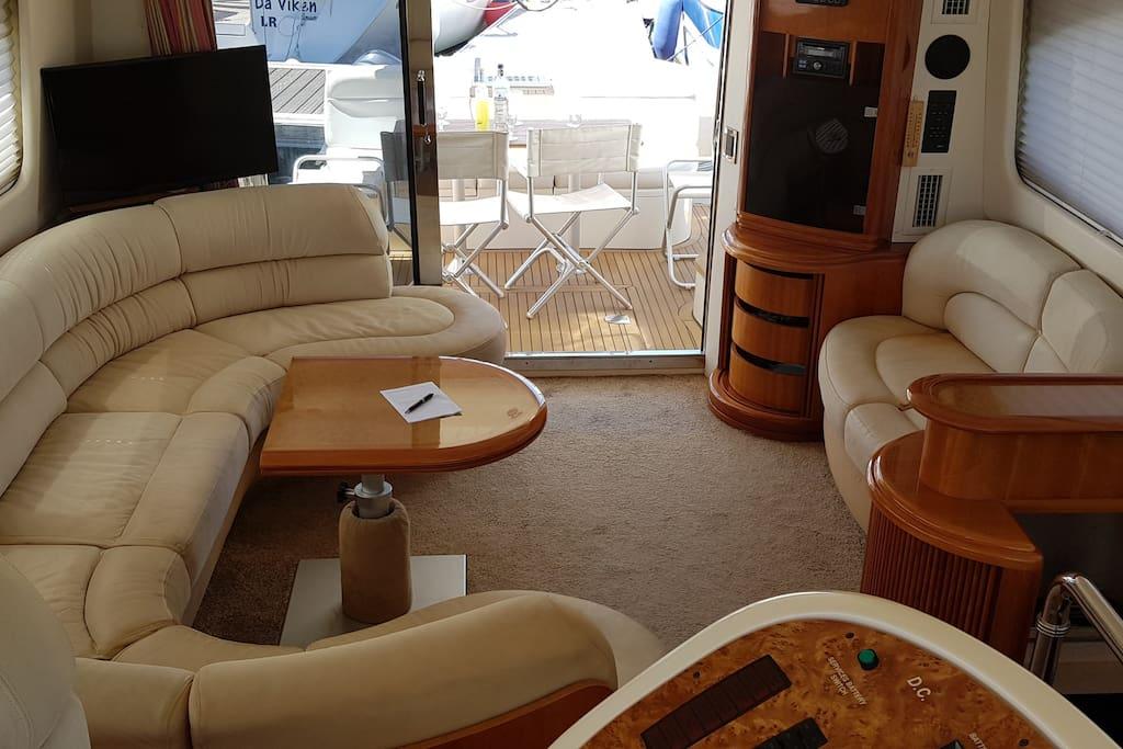 Le salon: Canapés, moquette, télévision, l'intérieur est fait de façon à passer un agréable moment