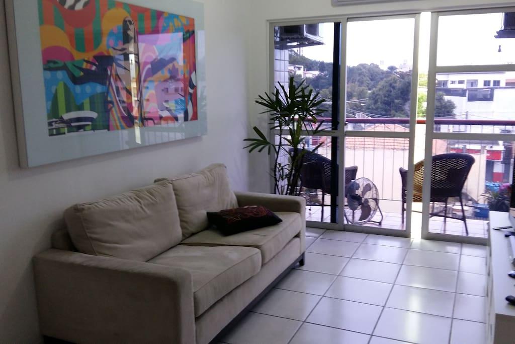 A sala possui dois ambientes e uma varanda (pode ser usado dois colchonetes para dormir ) .