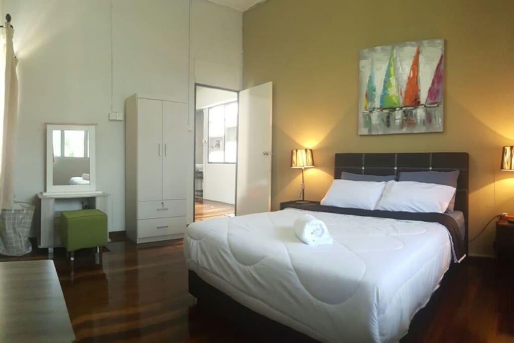 First bedroom (1 queen)
