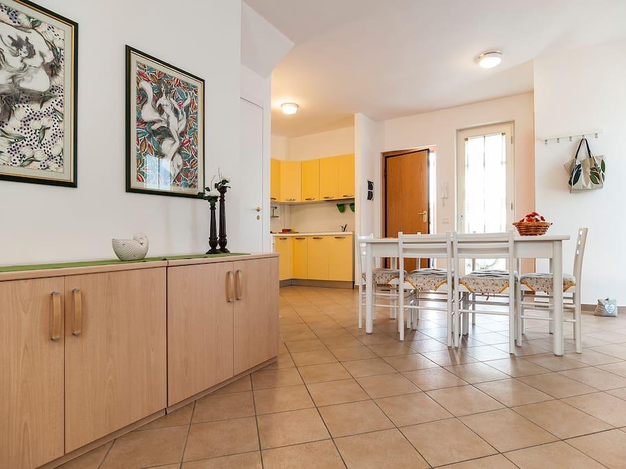 LIVING ROOM, LEVEL 0 - salone con angolo cucina livello 0