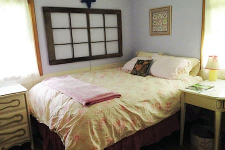 Lovely Lilac Room ~ 20 minutes from everywhere! - Burnsville - Ház