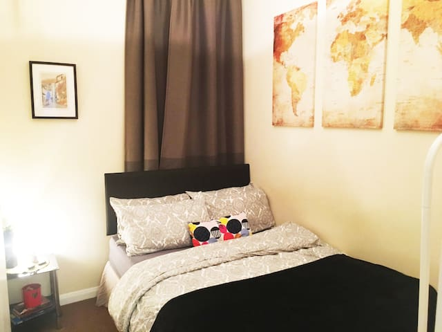 COSY DOUBLE BEDROOM IN THE HEART OF CITY LONDON