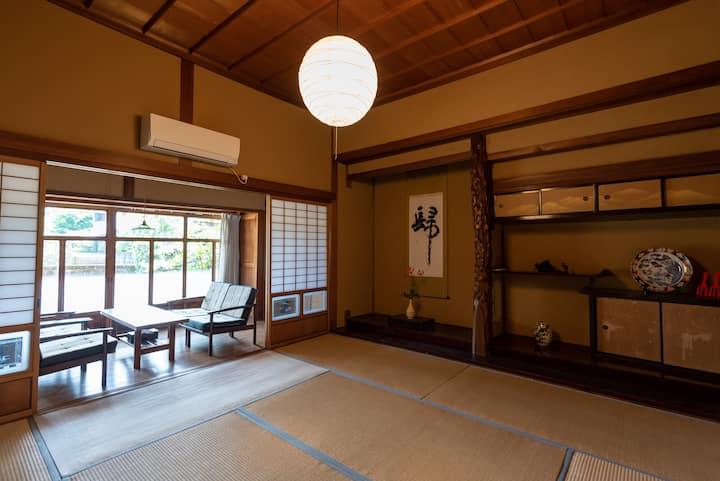 4 人部屋個室。安芸駅徒歩7分、築80年の古民家ゲストハウス【Room宴】