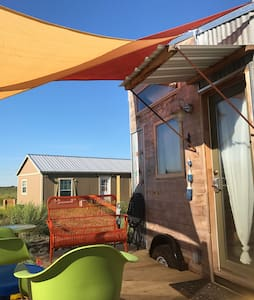 Retro tiny house within walking distance to COTA. - Travis County