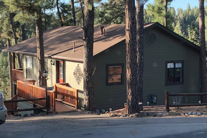 Ruidoso Alpine Village Cabin -View, Hot Tub & More