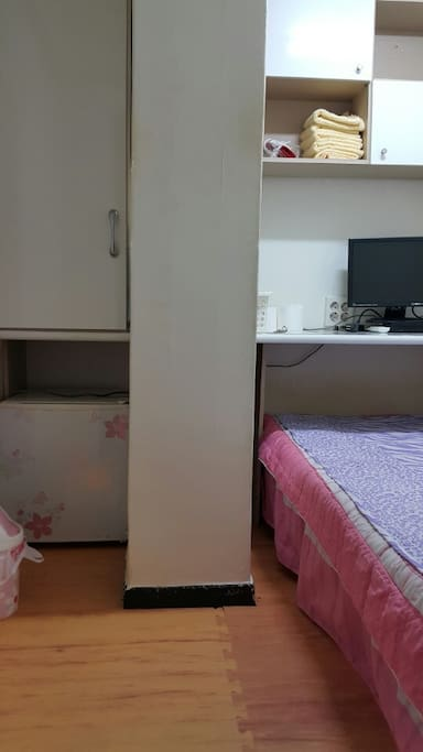 미니룸 입니다. 옷장, 침대 wardrobe, bed The air conditioner is a central heating and cooling system
