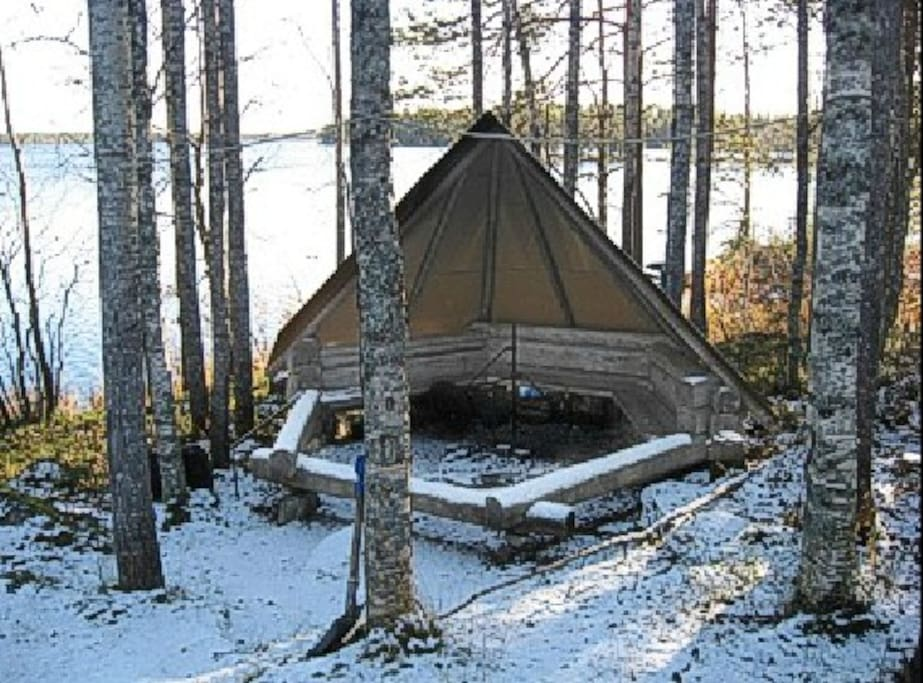 Own fire place with shelter, just besides the lake ( 10 m )