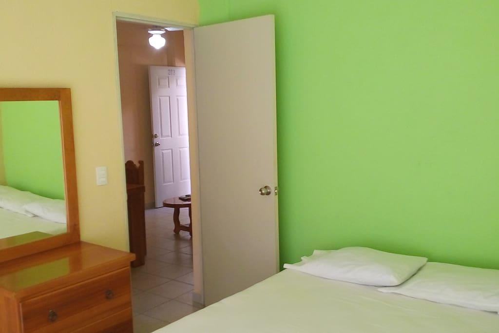 Cada habitación cuenta con una cama kingsize y aire acondicionado.