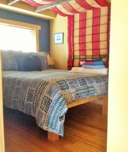 Romantic 1BR, Deck, WIFI, Pets OK. - Cabin