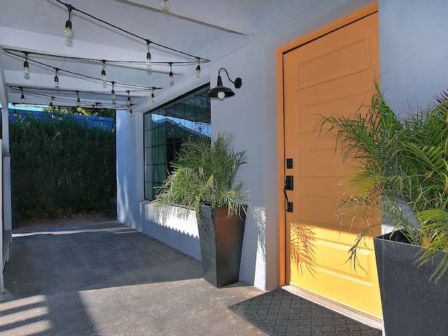 Private Casita in Melrose Historic District, Perfect for Single Travelers or Couples Looking for a Quite Oasis with Access to the Large Backyard
