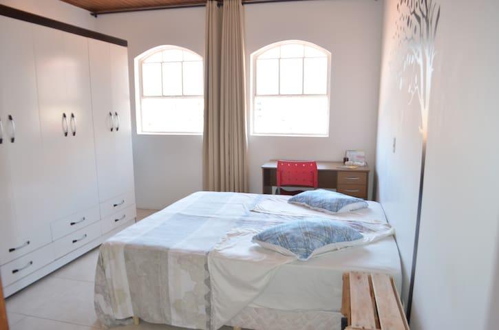 Suíte 1 - 1 Cama Box conjugada(solteiro/casal), Guarda Roupas, escrivaninha, ambiente com boa ventilação/iluminação natural