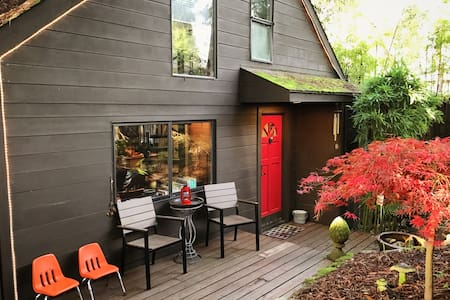 Velouria - Hot Tub, Woodstove, Redwoods.
