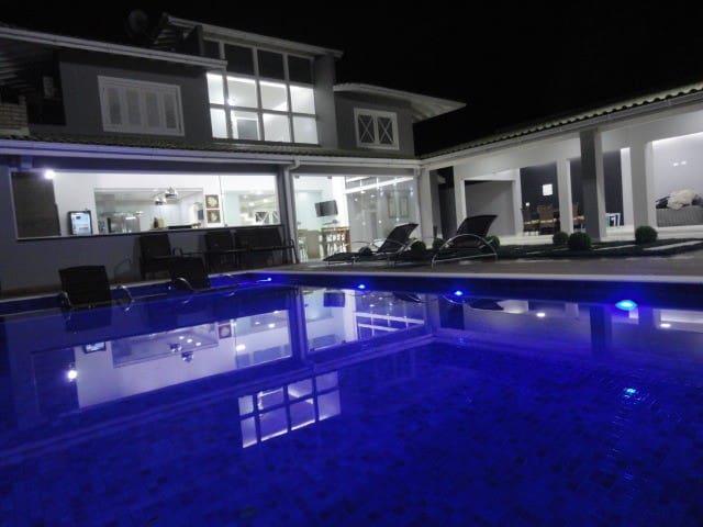 Linda casa, condomínio alto padrão- 300 m da praia