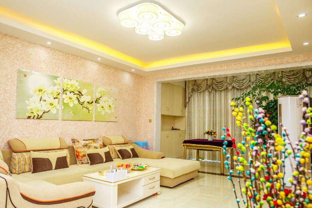 大客厅,配沙发,茶几,65寸TV,麻将,带自动烘干全智能洗衣机,观景阳台。