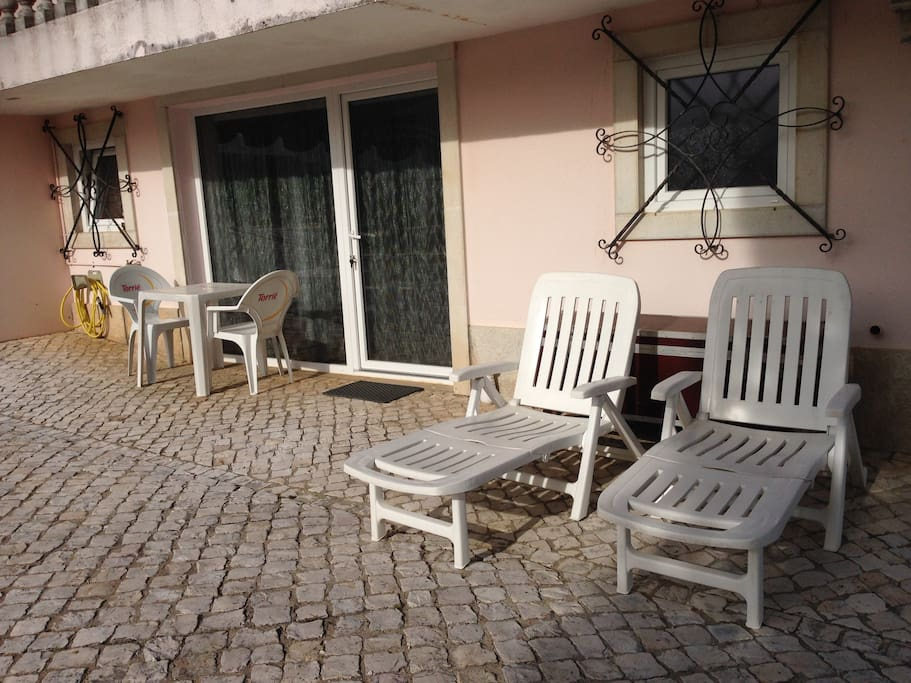 Appartement F2 à 25 kms des plages et 45kms de Lisbonne, au centre des sites touristiques, au pied du Montejunto - dans grande maison sur terrain de 5000m2 aménagé et nombreuses activités.