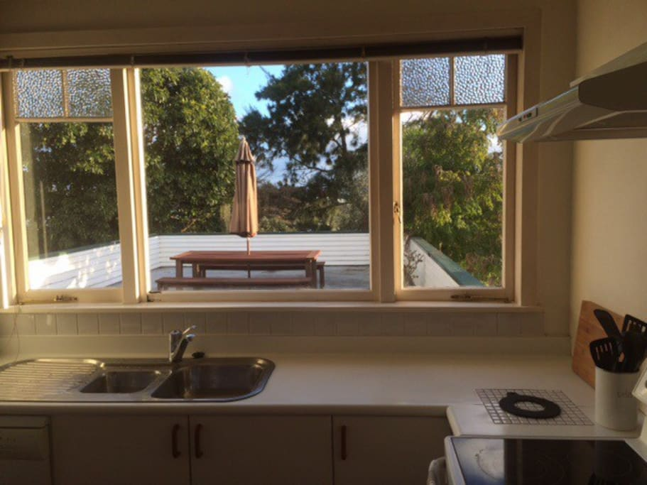 Kitchen overlooking the terrasse