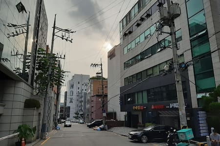 Affordable house/강남역 도보 15분/calm & cozy & refresh~