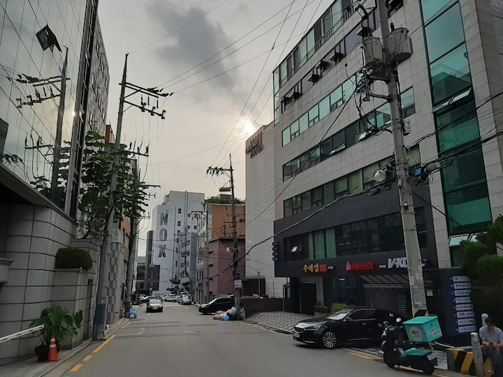 Affordable house/강남역 도보 15분/calm & cozy & refresh~