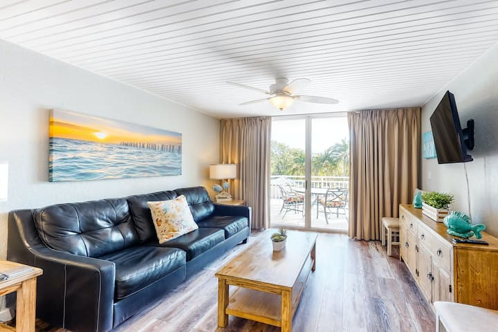 Dog-friendly condo w/ shared pool and hot tub with free parking!