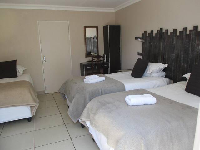 Ukarimu Guest House - Topaz Room