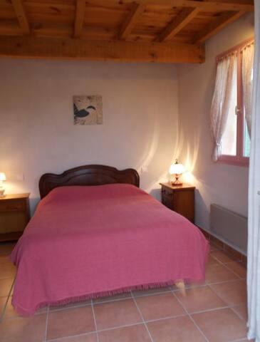 Chambre principale de 12m2 avec lit double de 140m2 avec acces direct à l'exterieur