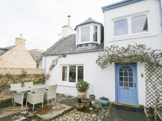 CANTIE COTTAGE, family friendly, with open fire in Nairn, Ref 943373