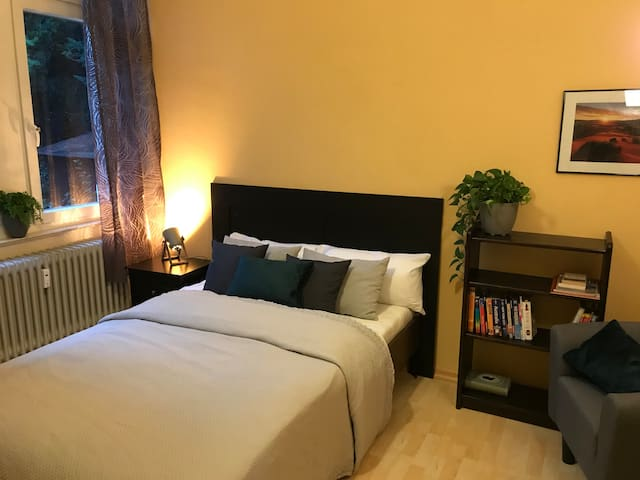 Cosy bedroom close to SWR and city center