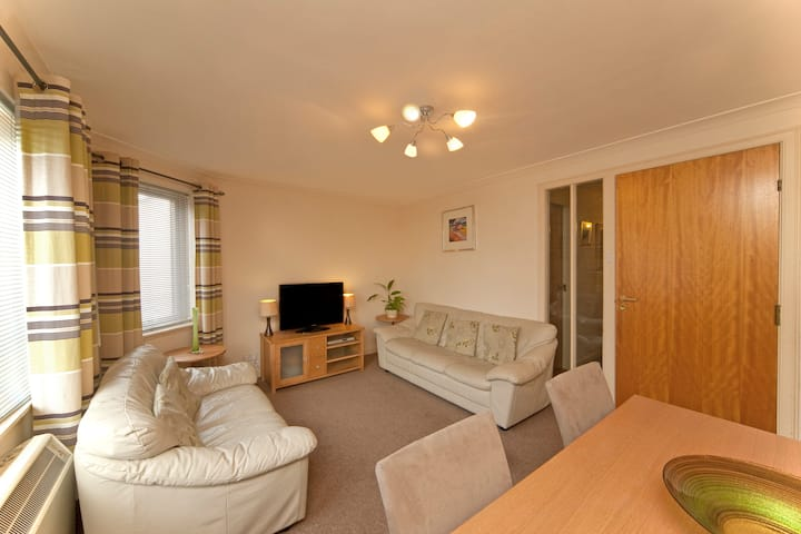 Modern flat in town centre close to all amenities
