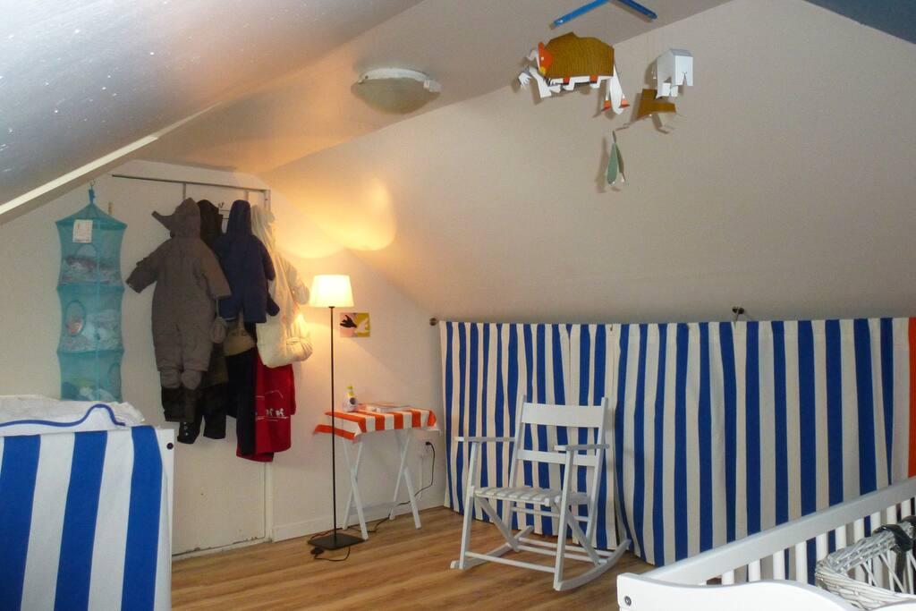 Chambre d'enfant, avec lit pour enfant de 3 ans et moins, et lit d'appoint pour bébé.