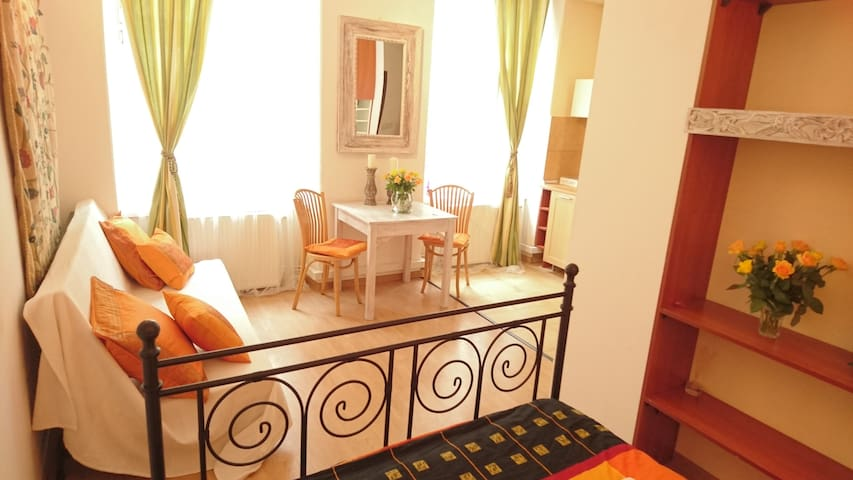 Saffron apartment in the heart of Old Town
