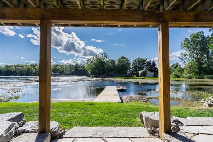 Oak Lake getaway - Waterfront Cottage